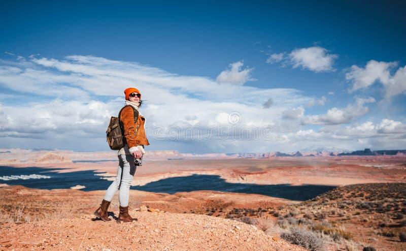 Jeune femme dans le désert américain photographie stock