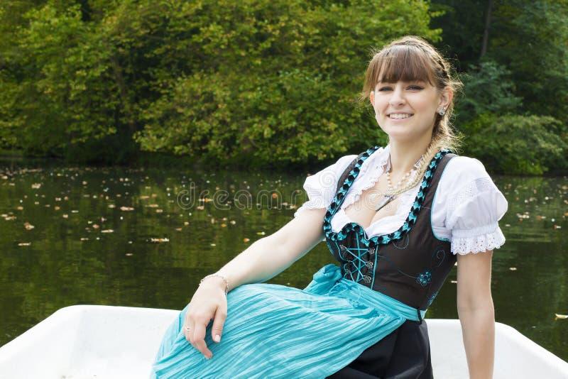 Download Jeune femme dans le dirndl photo stock. Image du robe - 45365488