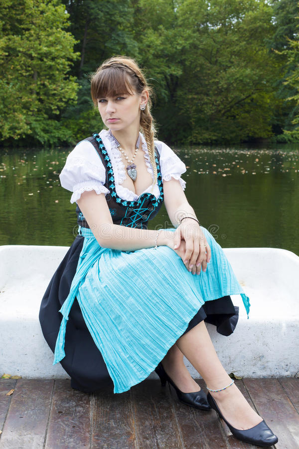 Download Jeune femme dans le dirndl image stock. Image du outside - 45366053