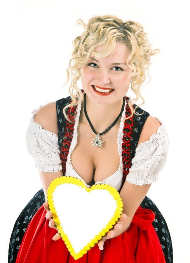 Jeune femme dans le dirndl bavarois typique de robe photo stock