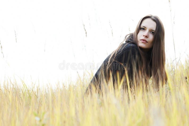 Jeune femme dans le domaine images libres de droits