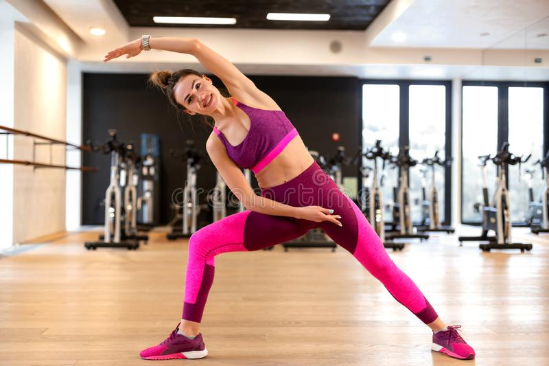 Jeune femme dans le fitball jaune d'esprit d'exercice de sport de sportwear dans le gymnase Concept de mode de vie de forme physi images libres de droits