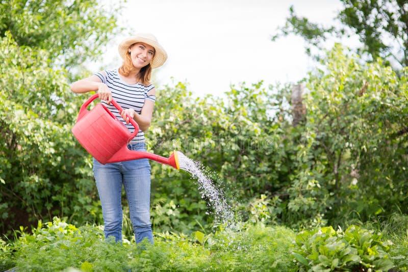 Jeune femme dans le jardin image libre de droits