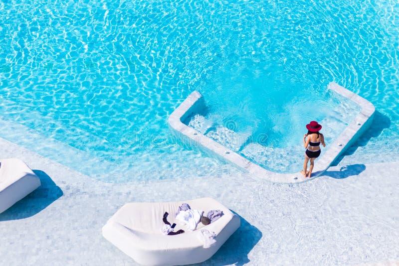 Jeune femme dans le jacuzzi ext rieur photo stock image - Maillot de bain transparent piscine ...