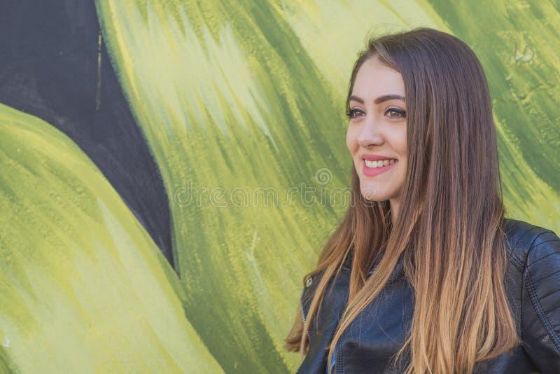 Jeune femme dans le paysage urbain - graffiti image stock