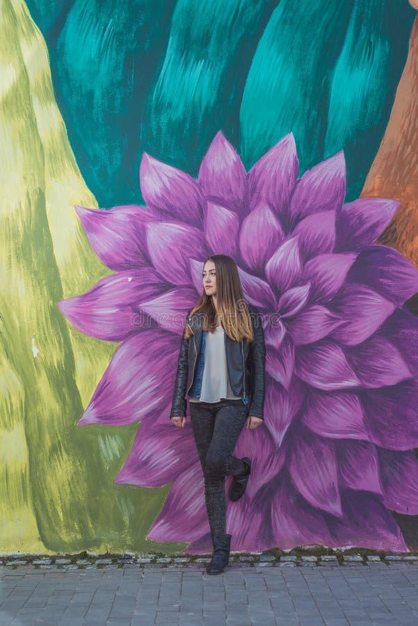 Jeune femme dans le paysage urbain - graffiti photographie stock