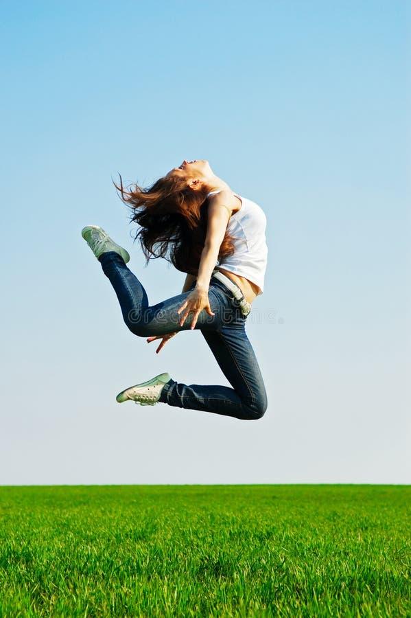 Jeune femme dans le saut gymnastique image libre de droits