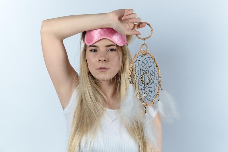 Jeune femme dans le sommeil allant de chemise blanche dans un masque et un rêve de sommeil images libres de droits