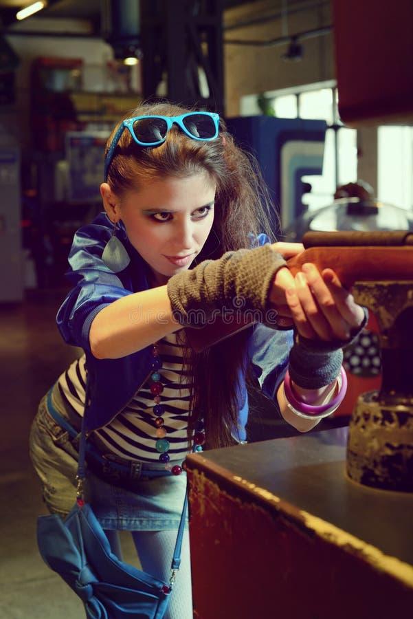 Jeune femme dans le style de l'URSS 80s et le maquillage lumineux photos libres de droits