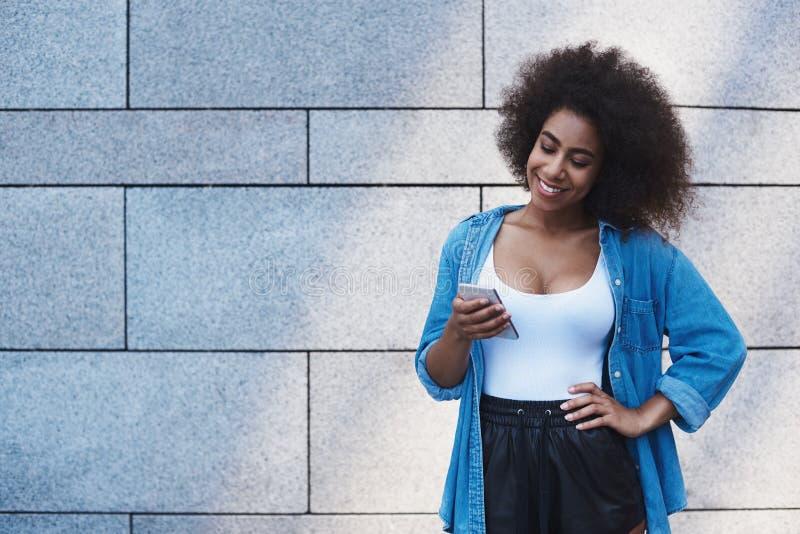 Jeune femme dans le style gratuit de veste de jeans sur la rue dessus photos stock