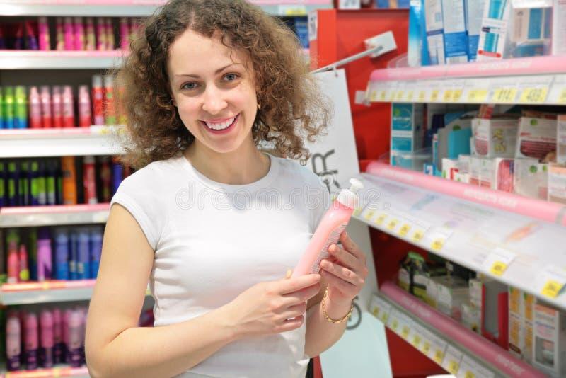 Jeune femme dans le système cosmétique photographie stock libre de droits