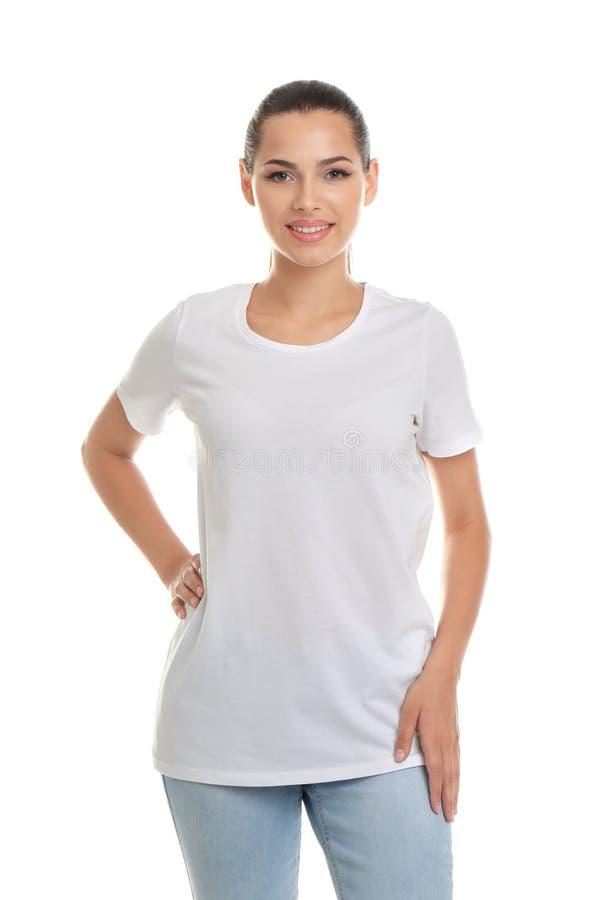 Jeune femme dans le T-shirt sur le fond blanc image libre de droits