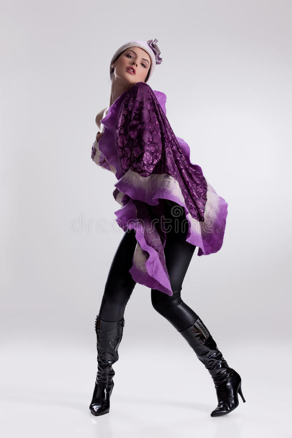 Jeune femme dans le vêtement à la mode photo libre de droits