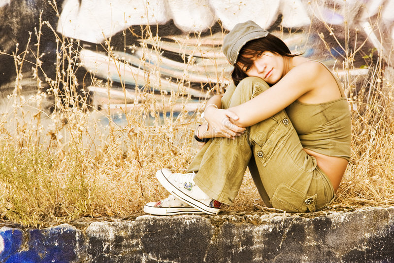 Jeune femme dans le vêtement occasionnel photo libre de droits
