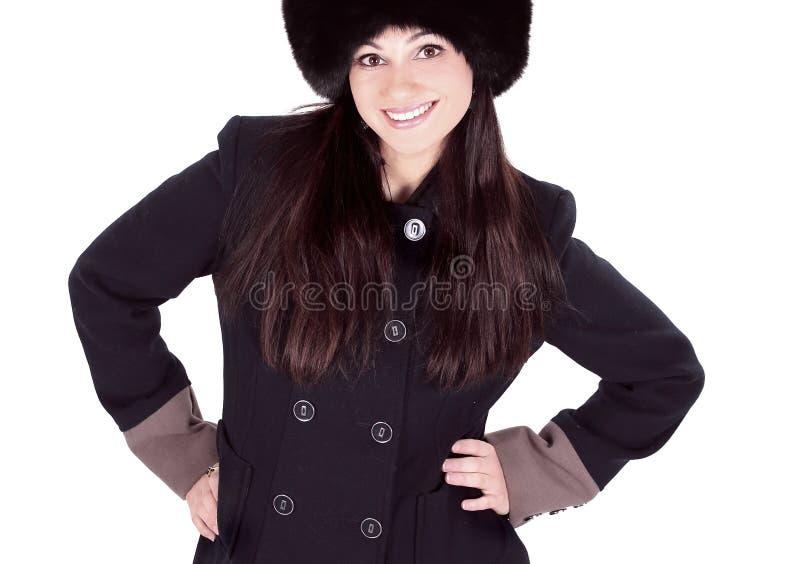 Jeune femme dans les vêtements d'hiver et le chapeau de fourrure D'isolement sur le fond blanc images libres de droits