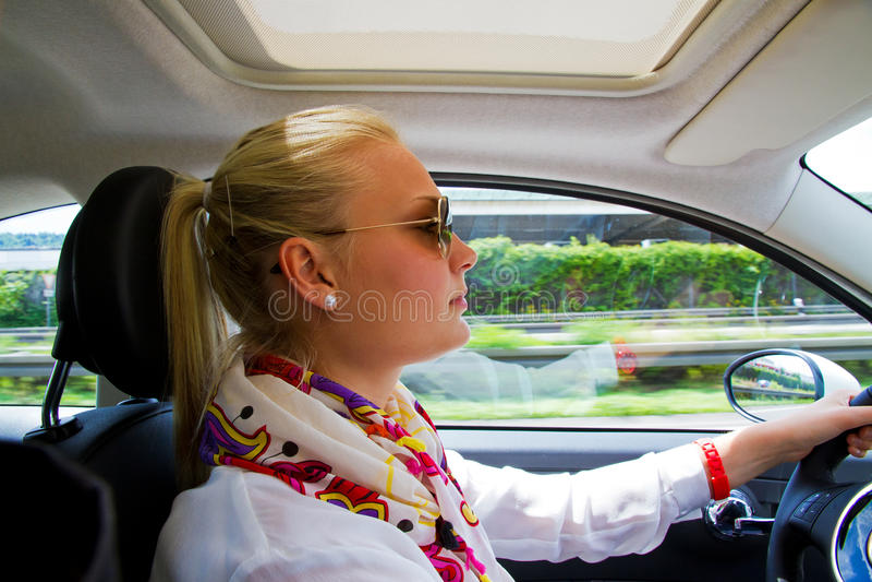 Jeune femme dans son véhicule photo libre de droits