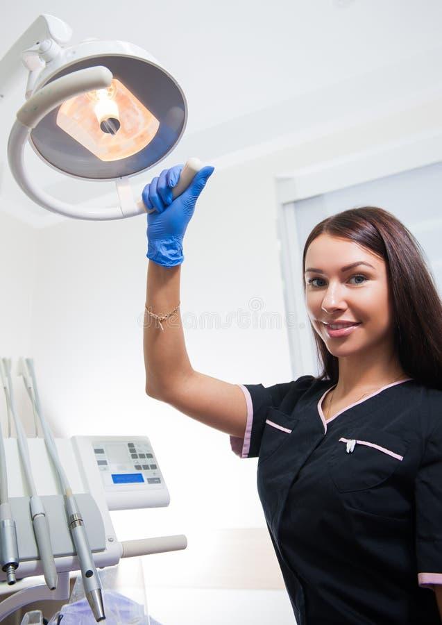 Jeune femme dans un bureau du ` s de dentiste image libre de droits