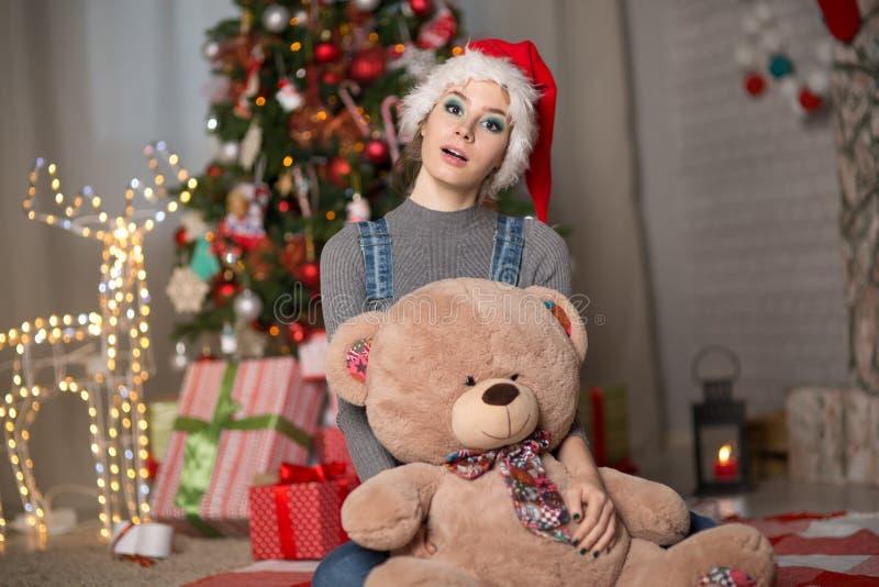 Jeune femme dans un chapeau de Noël photo libre de droits