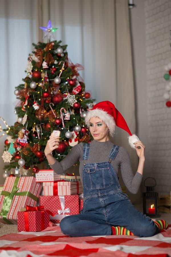 Jeune femme dans un chapeau de Noël image stock