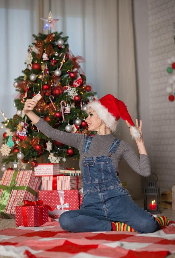 Jeune femme dans un chapeau de Noël photos stock