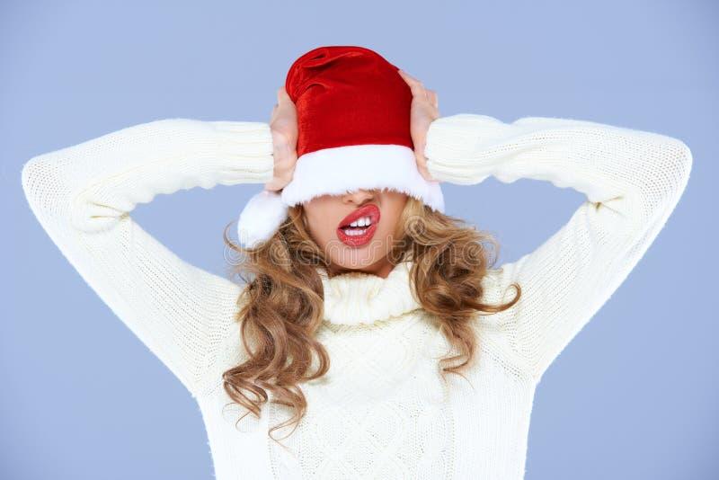 Jeune femme dans un chapeau surdimensionné de Santa photos stock