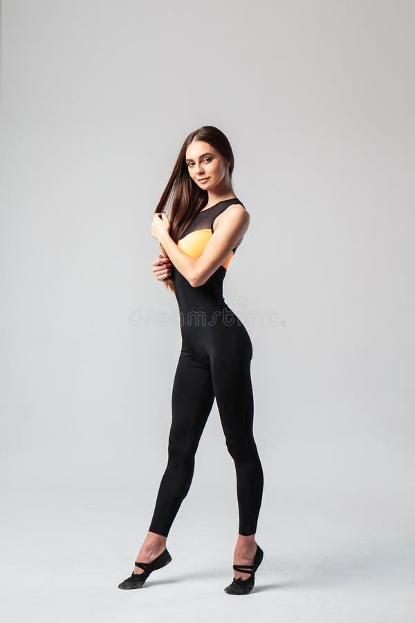 Jeune femme dans un costume de casuall de sport, modèle de forme physique photographie stock