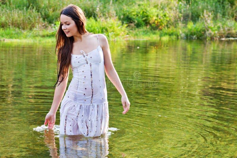 Jeune femme dans un fleuve photographie stock libre de droits