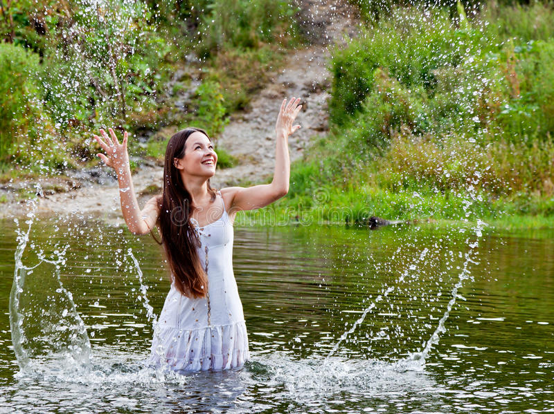 Jeune femme dans un fleuve photographie stock