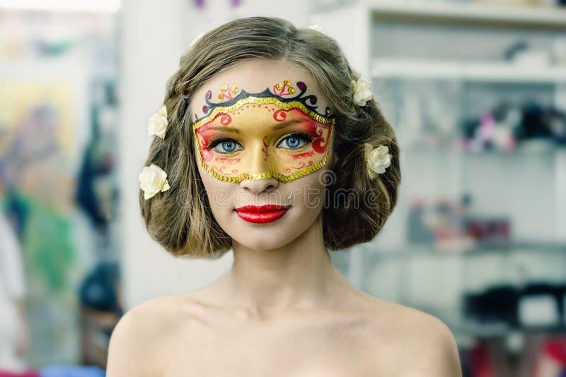 Jeune femme dans un masque de carnaval photos stock
