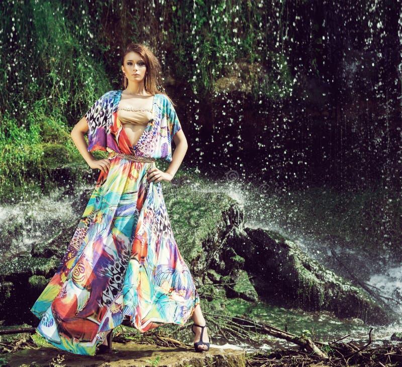Jeune femme dans une belle robe de mode posant dehors photo libre de droits
