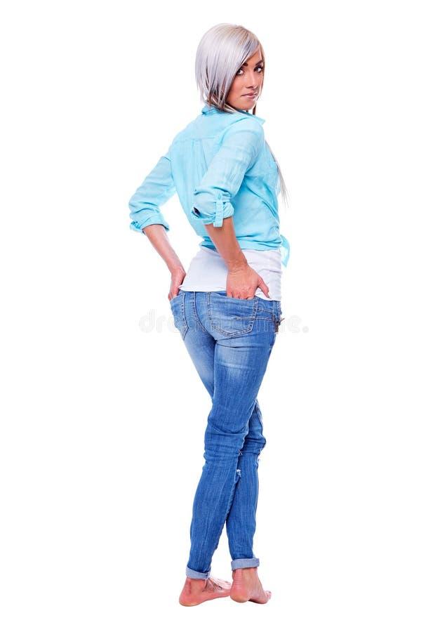 Jeune femme dans une chemise de turquoise avec les pieds nus photos stock