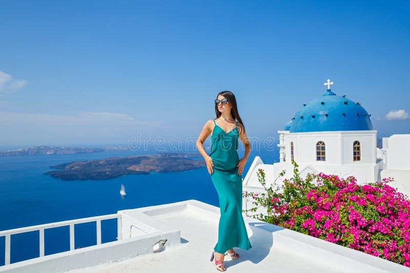 Jeune femme dans une position de robe sur le balcon photo stock