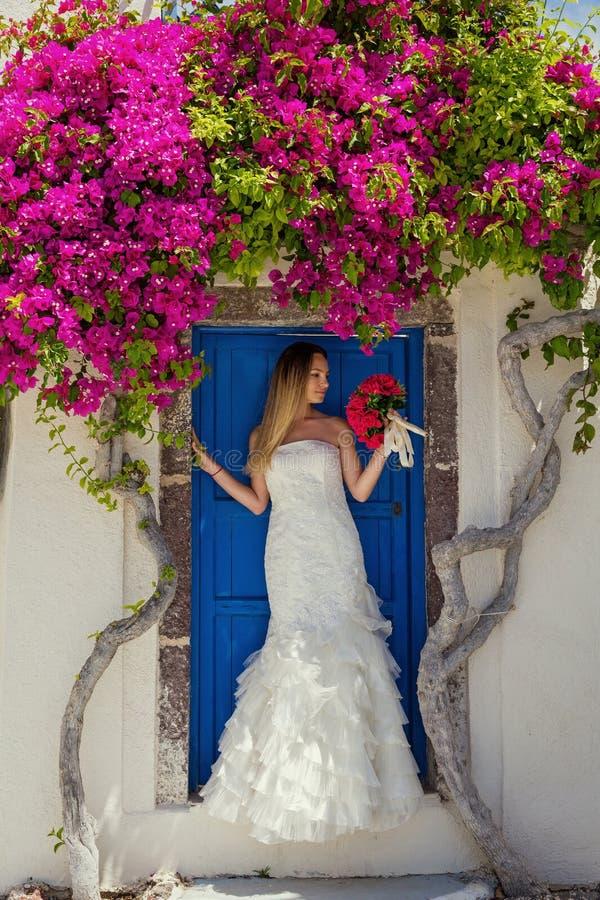 Jeune femme dans une robe blanche photo libre de droits