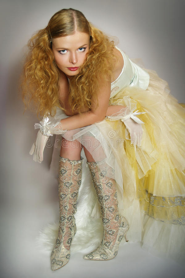 Jeune femme dans une robe de mariage à la mode photo libre de droits