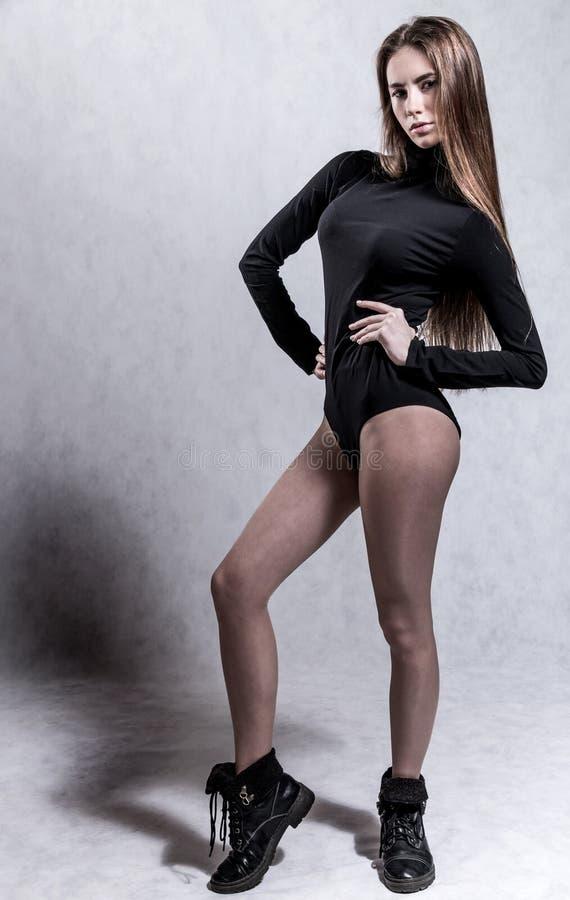 Jeune femme dans une robe mince de corps photos stock