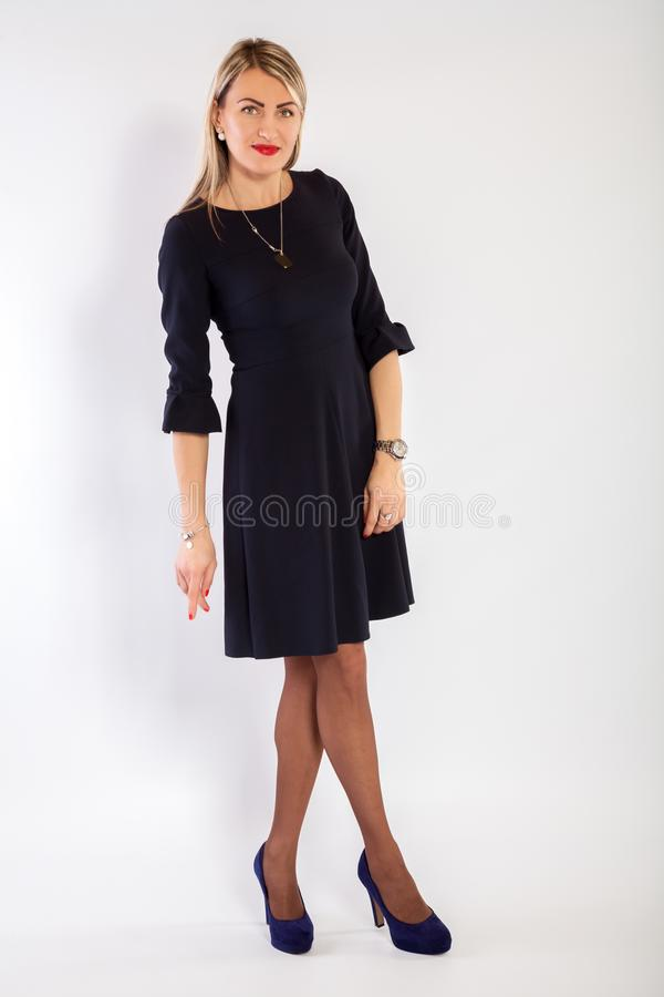 Jeune femme dans une robe noire photos stock