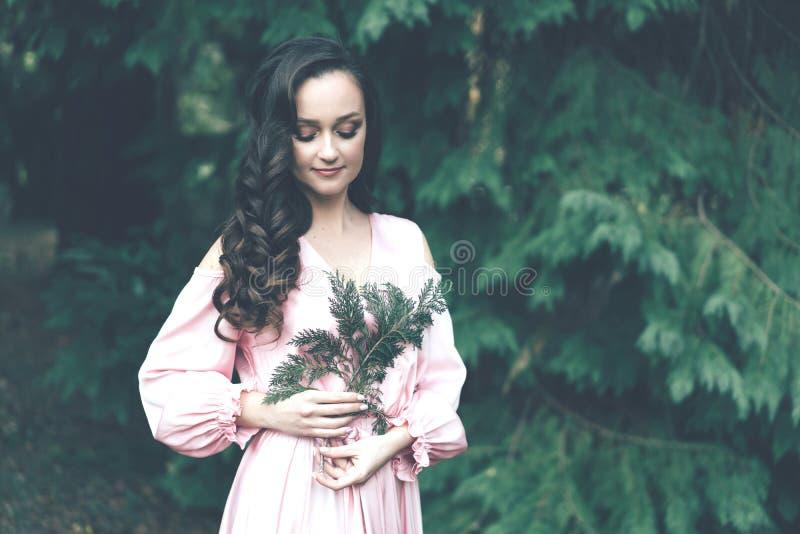 Jeune femme dans une robe rose photo stock