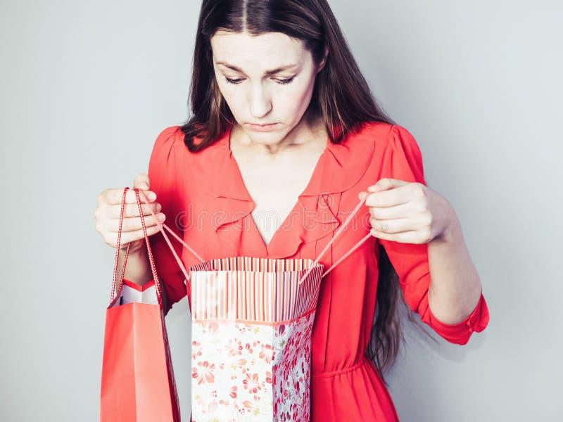 Jeune femme dans une robe rouge images stock