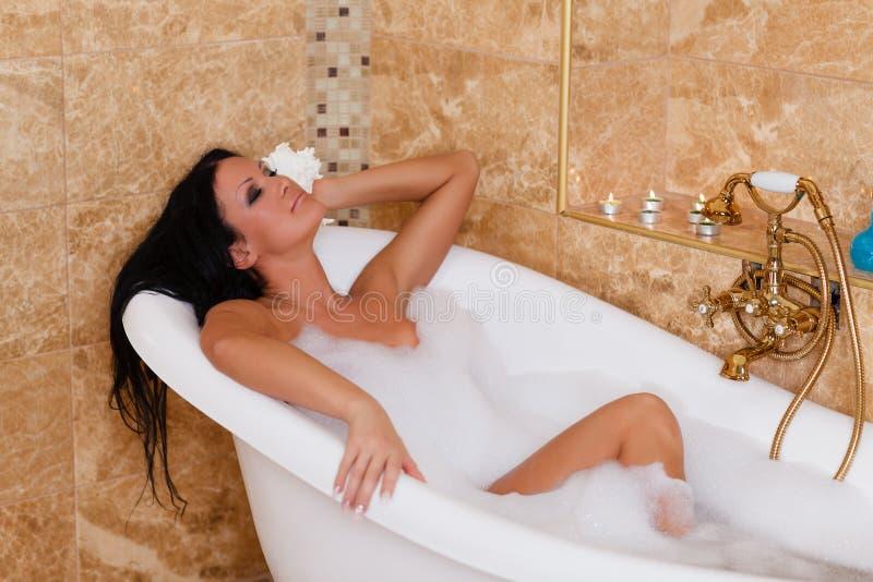 Jeune femme dans une salle de bains. image libre de droits