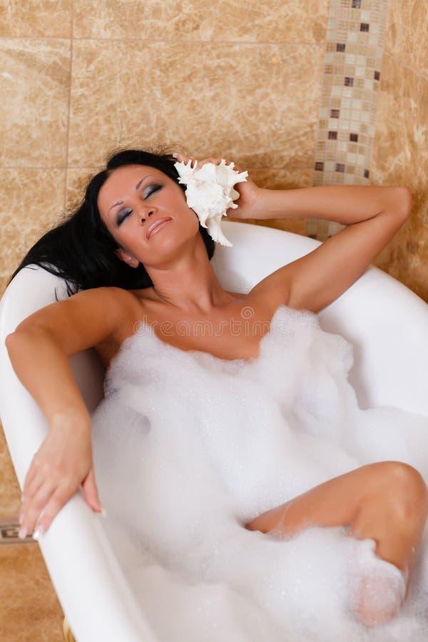 Jeune femme dans une salle de bains. photographie stock libre de droits