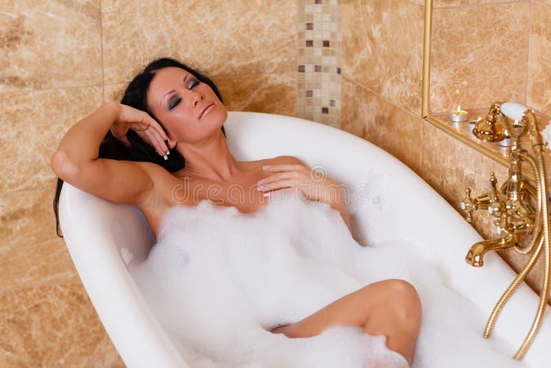 Jeune femme dans une salle de bains. photo libre de droits