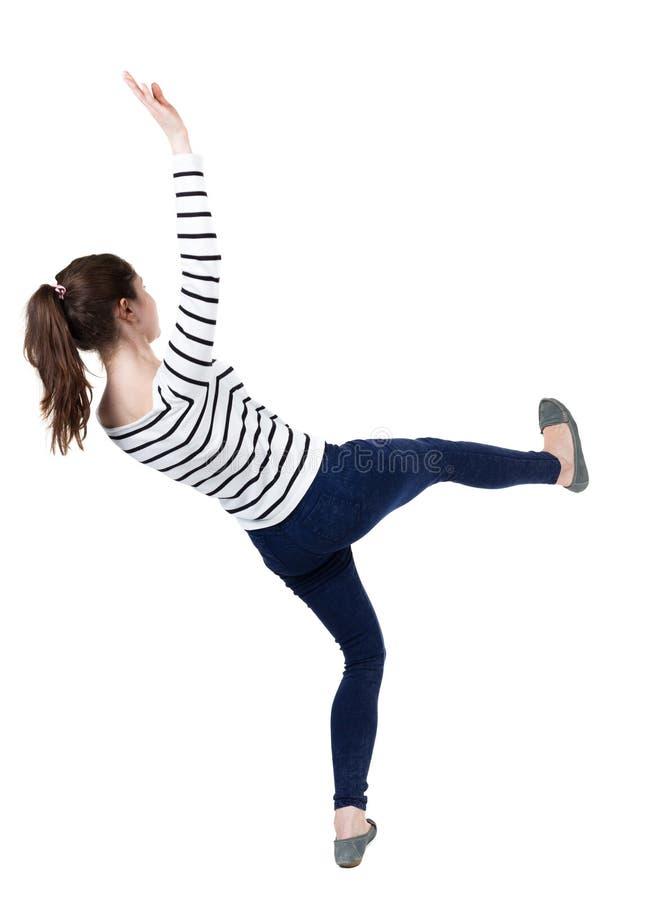 Jeune femme de équilibrage images stock