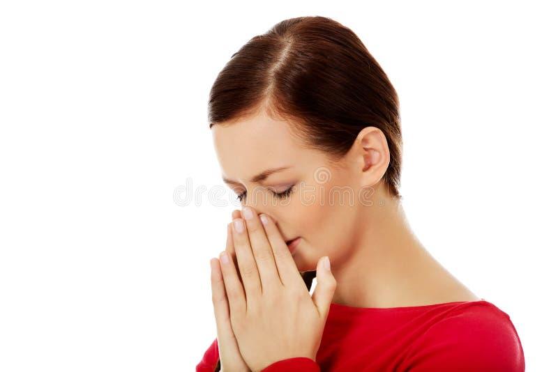 Jeune femme de éternuement avec douleur de sinus photos libres de droits