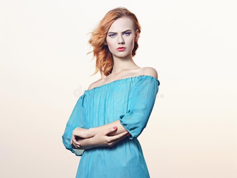 Download Jeune Femme De Beauitiful Dans La Robe Bleue Image stock - Image du robe, adulte: 77153315