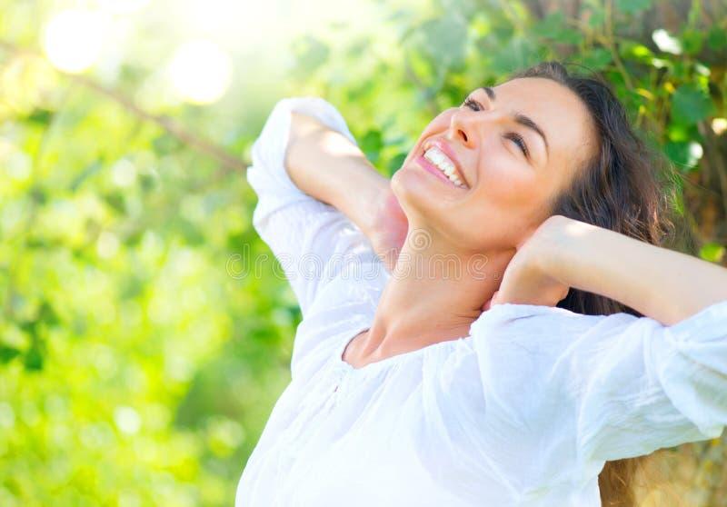 Jeune femme de beauté appréciant la nature photographie stock