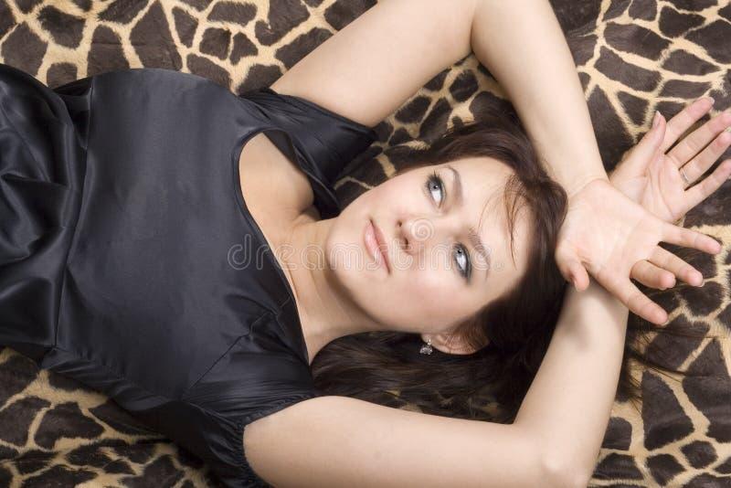 Jeune femme de beauté dans la robe noire photos stock