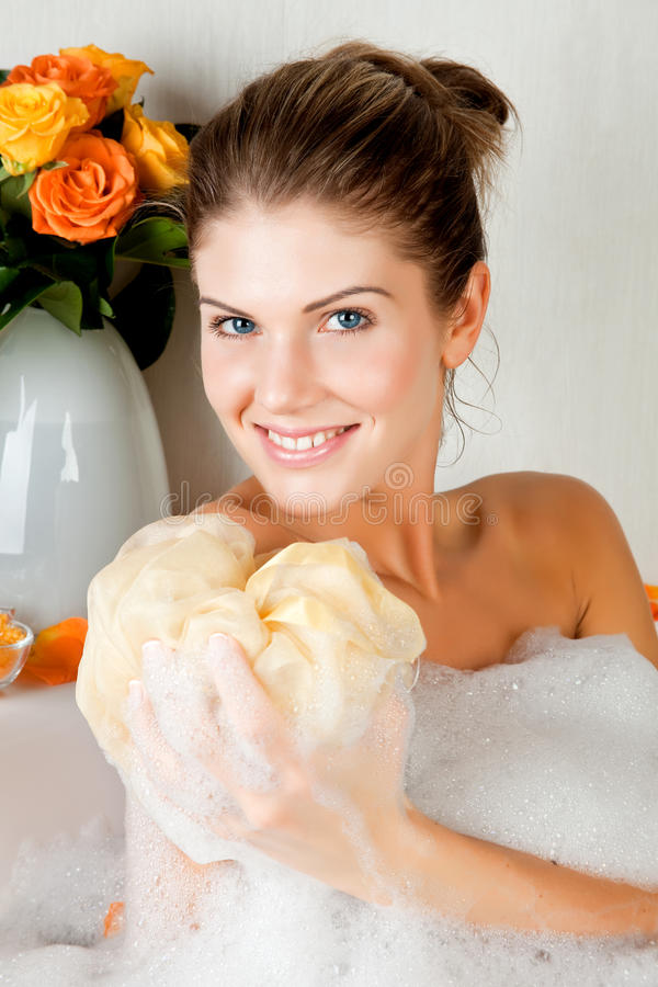 Jeune femme de beauté dans le bain lavant son fuselage images libres de droits
