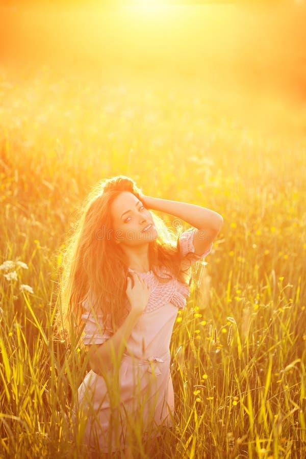 Jeune femme de beauté de modèle de hippie, longs cheveux de soufflement Fille occasionnelle photos stock