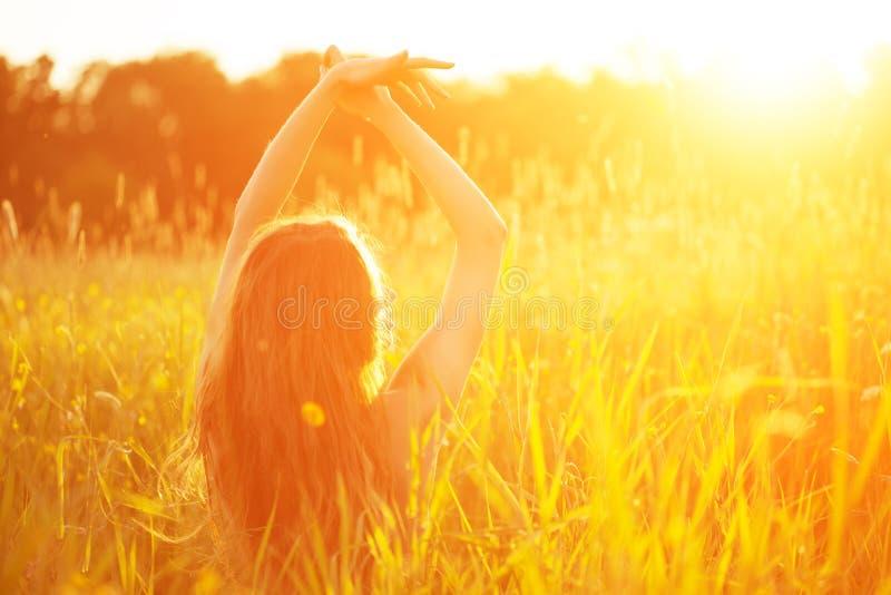 Jeune femme de beauté de modèle de hippie, longs cheveux de soufflement Fille occasionnelle photographie stock