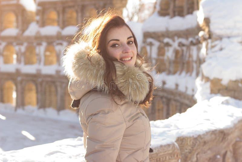 Jeune femme de beauté en parc d'hiver photo stock